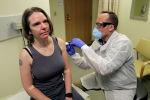 Америкалык Женнифер Халлер коронавируска каршы сыналып жаткан вакцинаны алган дүйнөдөгү биринчи адам