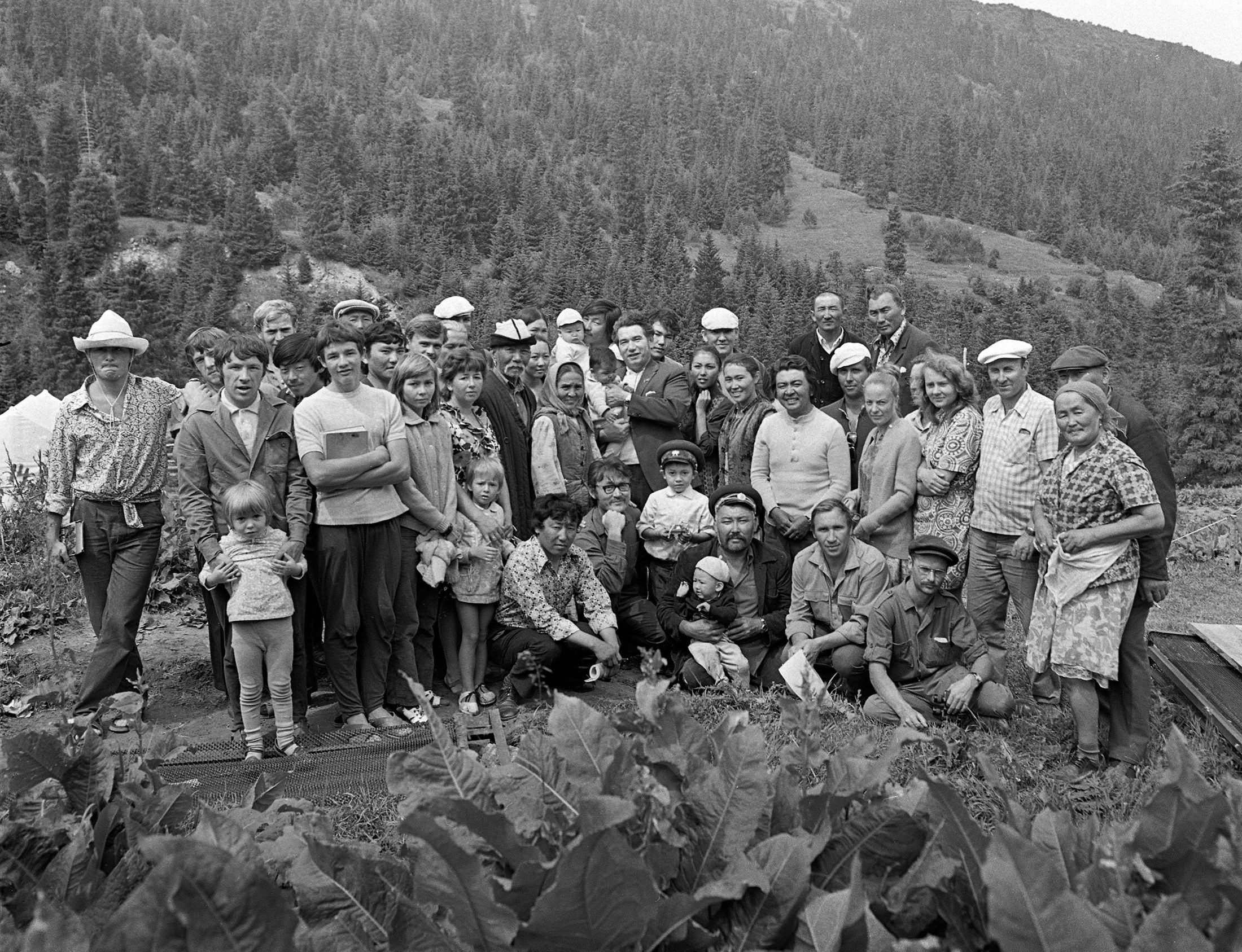 Участники съемки художественного фильма Белый пароход в Иссык-Куле. 1974-год