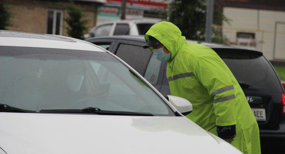 Сотрудник правоохранительных органов останавливает автомобиль. Архивное фото