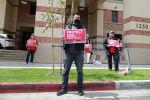 Протест медсестер и медицинских работников за средства индивидуальной защиты в медицинском центре UCLA
