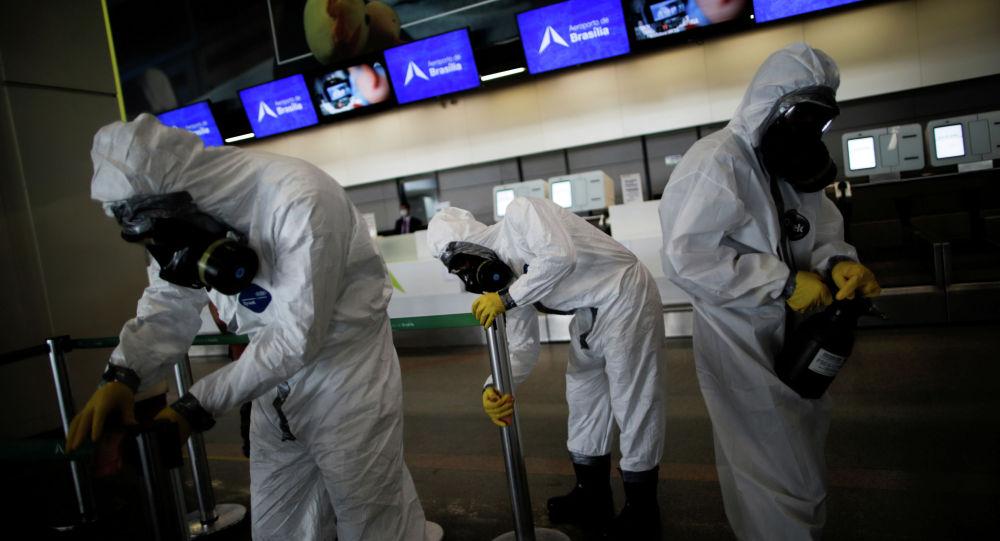 Военнослужащие проводят дезинфекцию в международном аэропорту Бразилиа в Бразилиа. Архивное фото