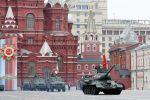 Танк Т-34-85 на военном параде на Красной площади. Архивное фото