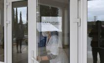 Объявление о карантине на дверях учреждения. Архивное фото