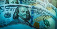 Долларовые купюры на столе. Иллюстративное фото