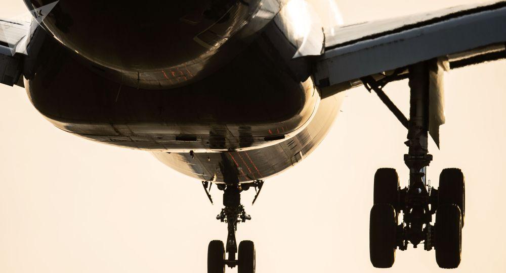 Пассажирский самолет заходит на посадку. Архивное фото