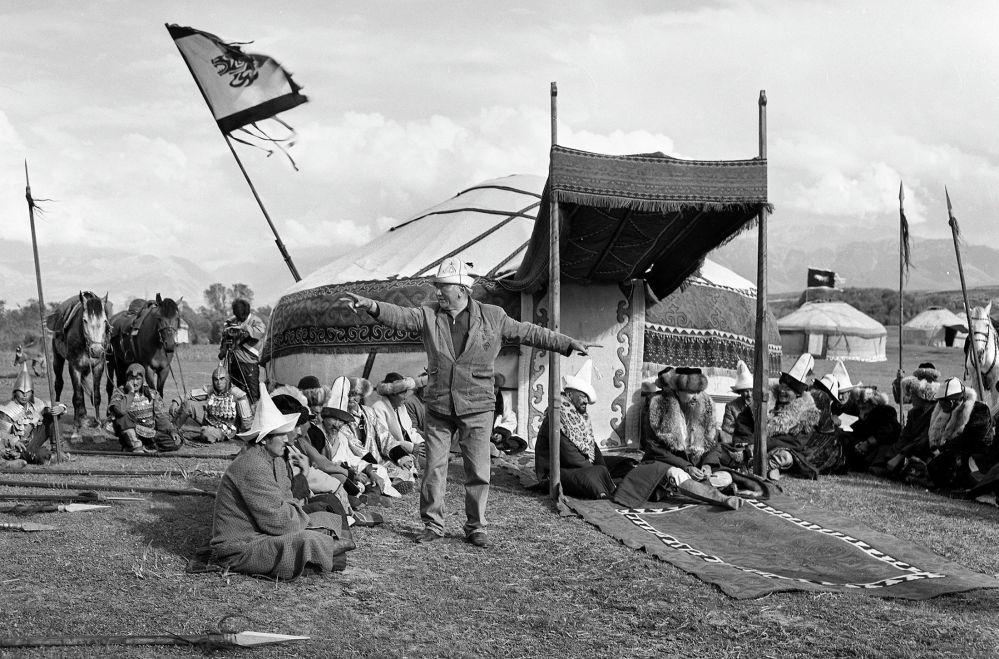 Манастын ааламы тасмасын тартуу учуру, чыгармачыл топтун башында турган режиссёр