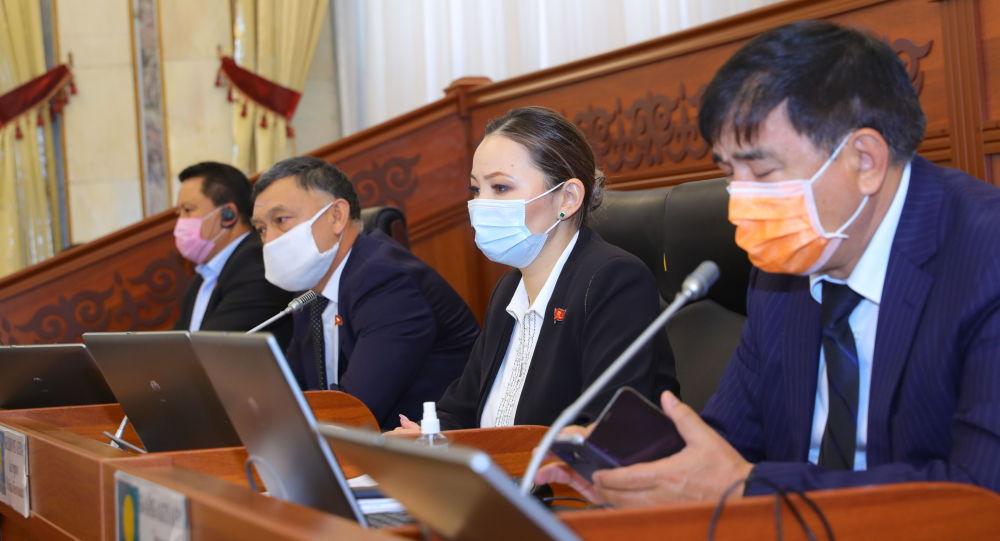 Жогорку Кеңештин жыйынындыгы депутаттар. Архив