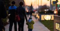 Семья гуляет по парку. Архивное фото