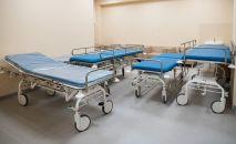 Медицинские койки в коридоре. Архивное фото