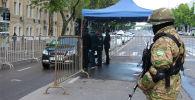 Узбекские правоохранители проверяют документы водителей на контрольно-пропускном пункте в Ташкенте. Архивное фото