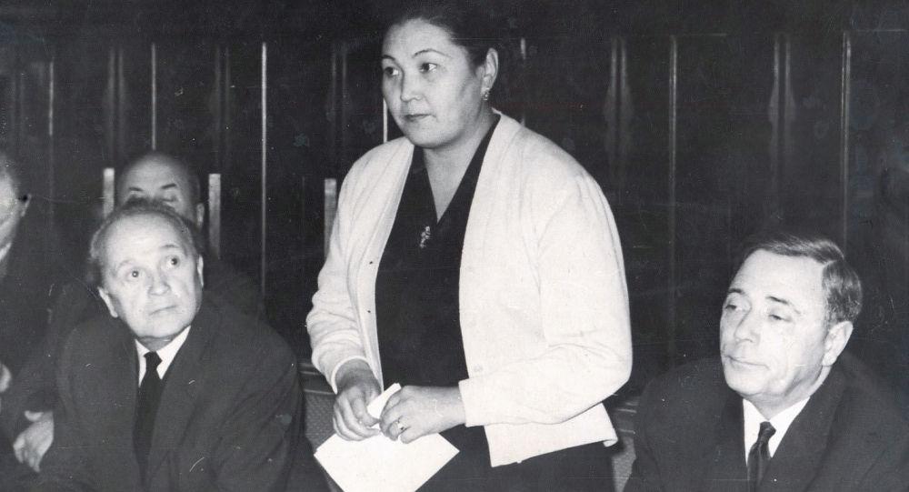 Первая из кыргызских женщин избранная секретарем ЦК комсомола республики Тенти Адышева