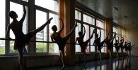 Студентки выпускного курса хореографического училища в балетном классе. Архивное фото