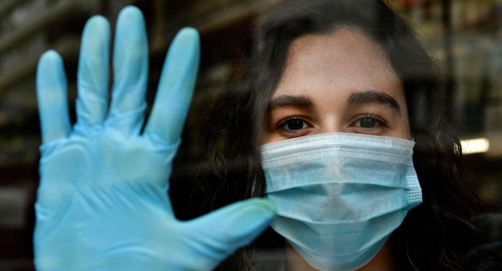Девушка в маске и перчатках. Архивное фото