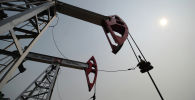 Нефтяной станок-качалка на месторождении нефти. Архивное фото