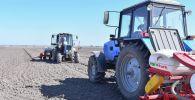 Тракторы на полях в Чуйской области, Архивное фото