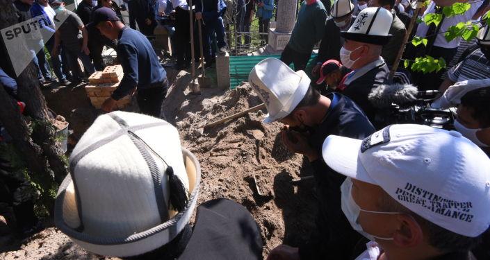 Погребение акына-импровизатора Элмирбека Иманалиева на Ала-Арчинском кладбище Бишкека