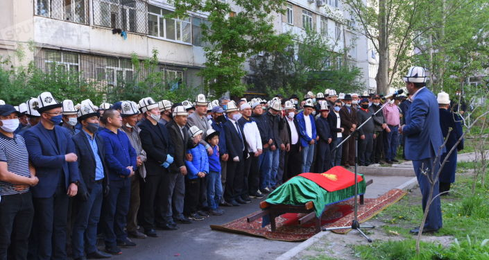 Церемония прощания с акыном-импровизатором Элмирбеком Иманалиевым в микрорайоне Тунгуч
