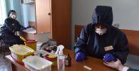 Прохождение экспресс-тестов на выявление коронавируса в одной из районных поликлиник