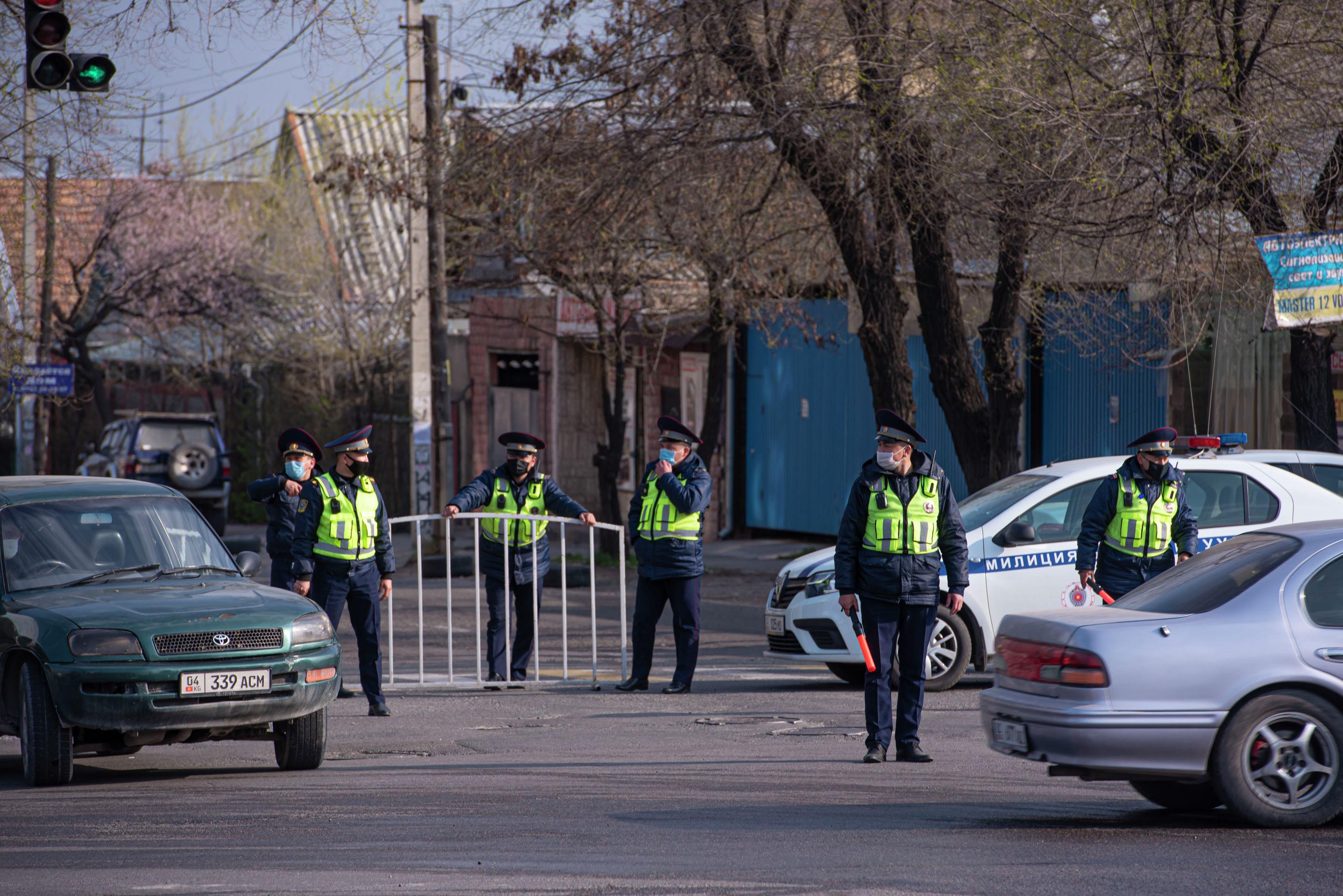 В Бишкеке установили свыше ста блокпостов. Мы отобразили их на интерактивной карте. Синим выделены новые блокпосты.