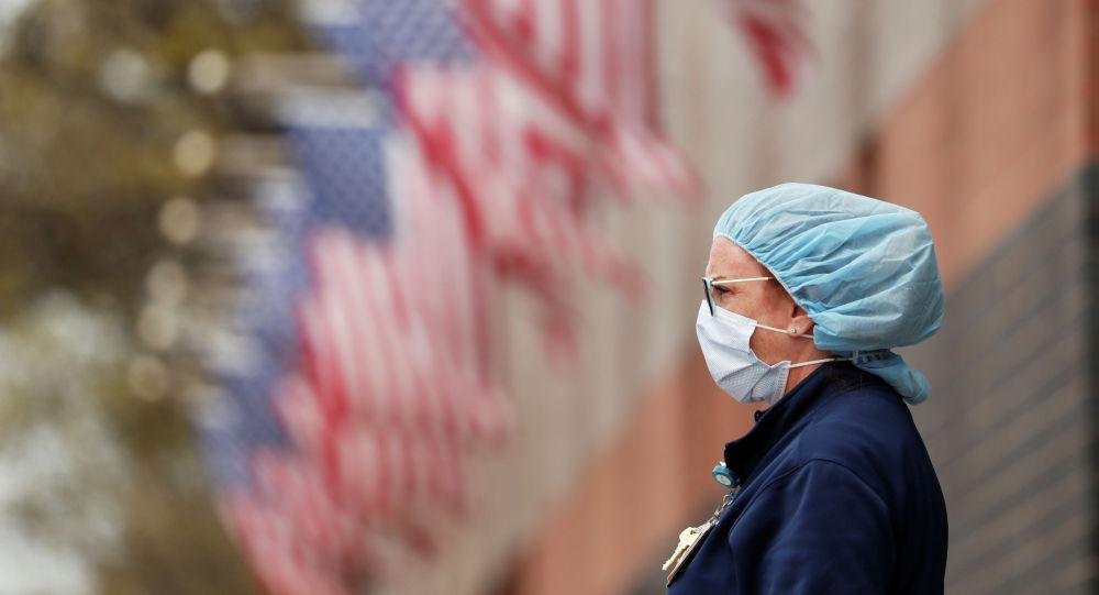 Медсестра в личном защитном снаряжении в районе Квинс, Нью-Йорк, США. Архивное фото