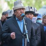 Кроме других общественных деятелей и политиков, в последний путь акына пришел проводить и депутат ЖК Садык Шер-Нияз