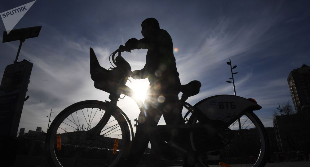 Человек с велосипедом. Архивное фото
