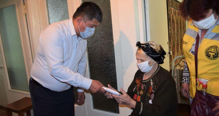 Ветеранам Великой Отечественной войны, проживающим в Джалал-Абаде, выдали по 75 тысяч сомов и по мешку муки
