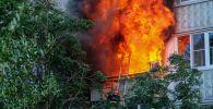 Тушение пожара в квартире одного из жилых домов в Мурманске.