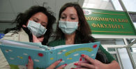 Студенты в маске. Архивное фото