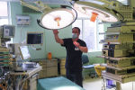 Операция кылуу бөлмөдөгү врач. Архивдик сүрөт