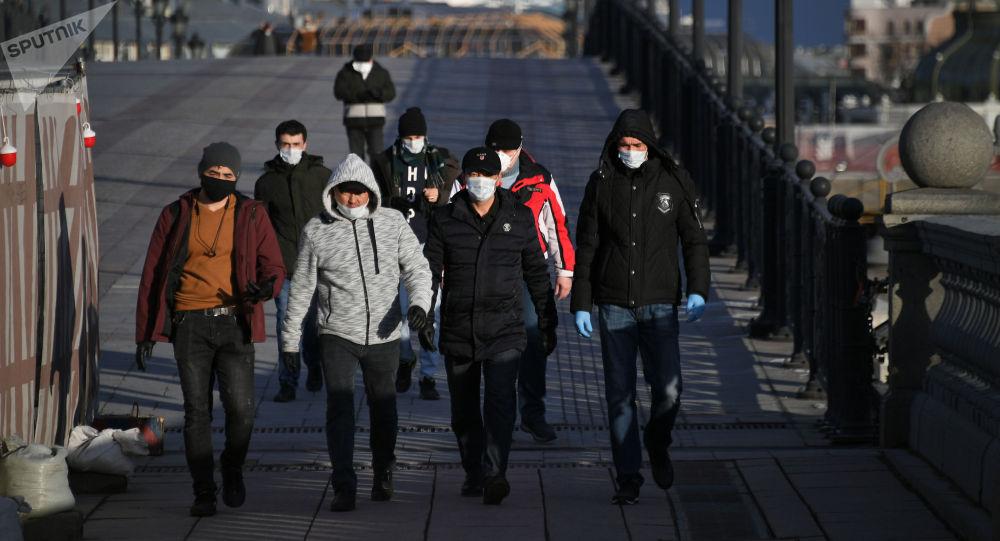 Пешеходы идут по мосту. Архивное фото
