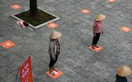 Люди сохраняют дистанцию в целях профилактики коронавируса. Архивное фото