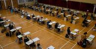 Студенты во время сдачи экзамена в Гонконге, Китай