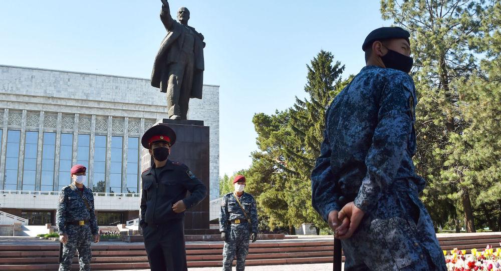 Сотрудники правоохранительных органов стоят на страже в центре города Бишкек. Архивное фото
