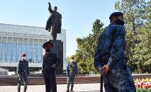 Укук коргоо органдарынын кызматкерлери Бишкекте күзөттө турушат. Архив