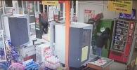 Похитители банковского терминала пока не найдены. Сам банкомат нашли в лесопарковой зоне близ села, в котором это произошло.