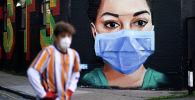 Медициналык маска кийген дарыгердин сүрөтү