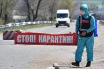 Медицинский сотрудник в защитном костюме проводит дезинфекцию улиц. Архивное фото