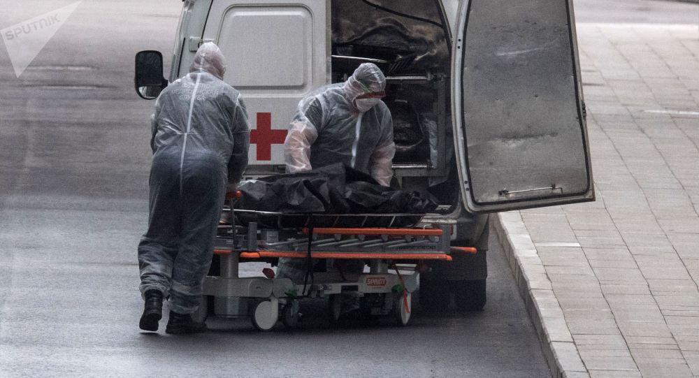 Медицинские работники перевозят тело умершего. Архивное фото