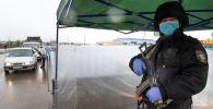 Сотрудник правоохранительных органов на блокпосте при въезде в Алма-Ату. Архивное фото