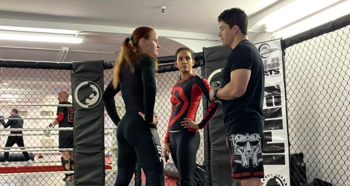Чемпионка мира по смешанным единоборствам по версии UFC Валентина Шевченко с актрисой Холли Берри во время подготовки к съемкам