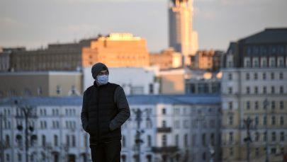 Медициналык маска кийген адам. Архив
