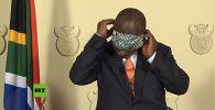 Президент Южно-Африканской Республики Сирил Рамафоса оконфузился во время обращения к нации, когда решил наглядно продемонстрировать, как надеть защитную маску.