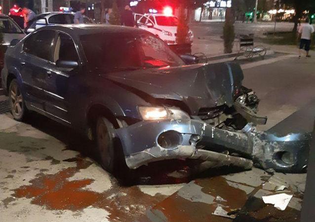 В Бишкеке пьяный водитель автомобиля марки Subaru, не справившись с управлением, врезался в здание одного из филиалов банка