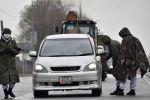 Военнослужащие проверяют документы на контрольно-пропускном пункте, установленном за пределами Бишкека