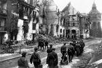Советские солдаты на одном из немецких улиц в апреле 1945 года. Великая Отечественная война (1941-1945). Архивное фото