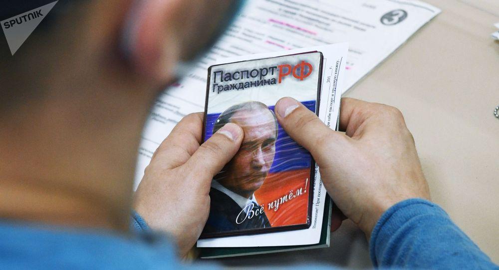 Посетитель Центра занятости населения Ленинского района в Новосибирске с паспортом гражданина РФ. Архивное фото