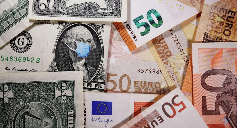 Доллары и евро на столе. Иллюстративное фото