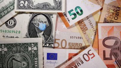 Купюры долларов и евро. Иллюстративное фото