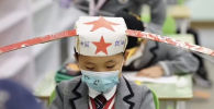 Кытайда башталгыч класстын окуучулары аралыкты сакташ үчүн Ханчжоу шаарындагы мектептердин биринин жетекчилиги өзгөчө ыкма ойлоп табышкан. Жаш балдардын жүрөк жылыткан видеосун Sputnik Өзбекстан агенттиги жарыялады.